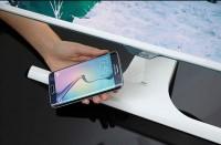 Monitor Samsunga z bezprzewodową ładowarką