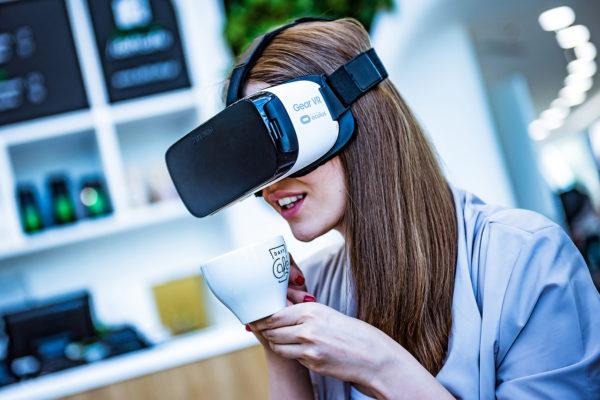 Samsung Gear VR - dziewczyna i wirtualna kawa
