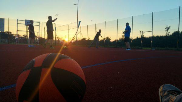 pilka-i-badminton-ze-znajomymi